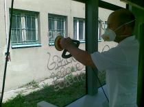 Usuwanie graffiti na szybie tramwajowej