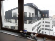 Usuwanie rys z szyb okiennych w budynku wielorodzinnym w Szczecinie.