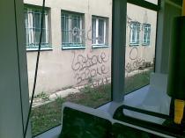 Graffiti na szybie tramwajowej